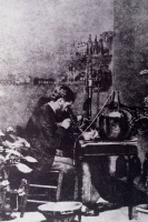 Emile Duclaux étudiant au microscope les maladies des vers à soie