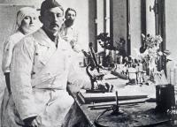 René Dujarric de la Rivière (1885-1969) dans un laboratoire des armées à Calais en 1915