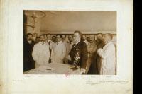 Elie Metchnikoff dans son laboratoire entouré de son équipe vers 1905