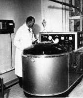 Pierre Lépine dans son laboratoire vers 1960