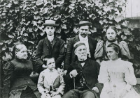 Louis Pasteur entouré de sa famille à Arbois en 1892.