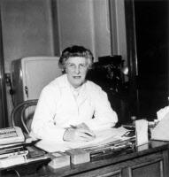 Françoise Grumbach (1902-1985) dans son laboratoire vers 1955