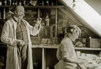 Albert Peyron avec une laborantine Mme Marie Bachelier (1912 - ?) dans le laboratoire d'histopathologie au début des années 30