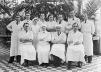 Personnel de l'Hôpital de l'Institut Pasteur dans la serre (1938)