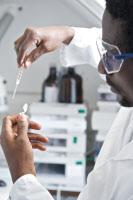 Prélèvement d'un échantillon avant chromatographie HPLC