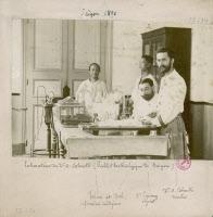 Albert Calmette et le Dr Lépinay dans leur laboratoire à Saïgon en 1891.