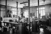 """Salle des cours transformée en """"usine"""" vers 1915-1918"""