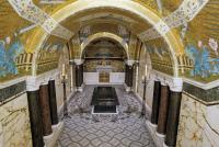 Vue d'ensemble de la crypte avec tombeau de Louis Pasteur.
