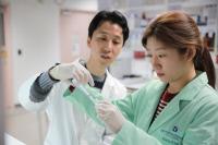 Institut Pasteur de Corée, chercheur avec étudiant stagiaire en 2015