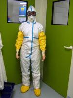 Chercheur en tenue dans un laboratoire de biosécurité P2+ à l'Institut Pasteur de Nouvelle-Calédonie en 2015