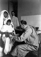 Vaccination antirabique à l'Institut Pasteur de Tunis par Charles Nicolle vers 1905.