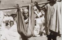 Transport d'un malade pour la vaccination antipesteuse à Madagascar en 1936.