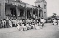 Rassemblement de la population pour la vaccination contre la peste, Madagascar 1936