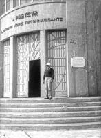 Constant Mathis (1871-1956) devant l'Institut Pasteur de Dakar vers 1930