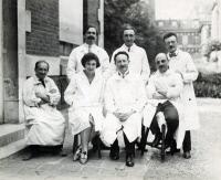 Equipe du laboratoire de René Dujarric de la Rivière (1885-1969) vers 1935