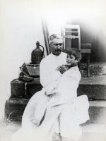 Le Dr Girard avec un enfant atteint de la peste en 1957 à Madagascar