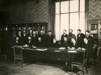 Louis Pasteur entouré de ses collaborateurs dans la grande bibliothèque en 1894.