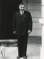 Joseph Meister devant la loge de l'Institut Pasteur en 1934