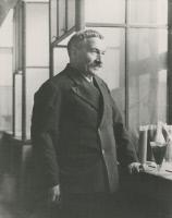 Joseph Meister (1876-1940) dasn un laboratoire à l'Institut Pasteur vers 1935.