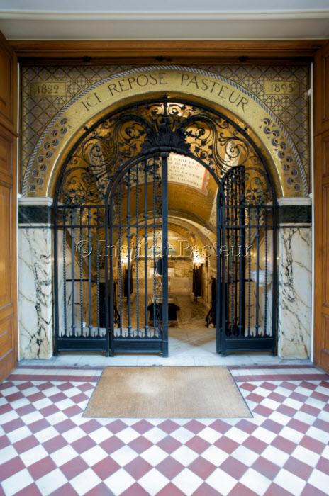 Entrée de la Crypte où reposent Louis et Marie Pasteur