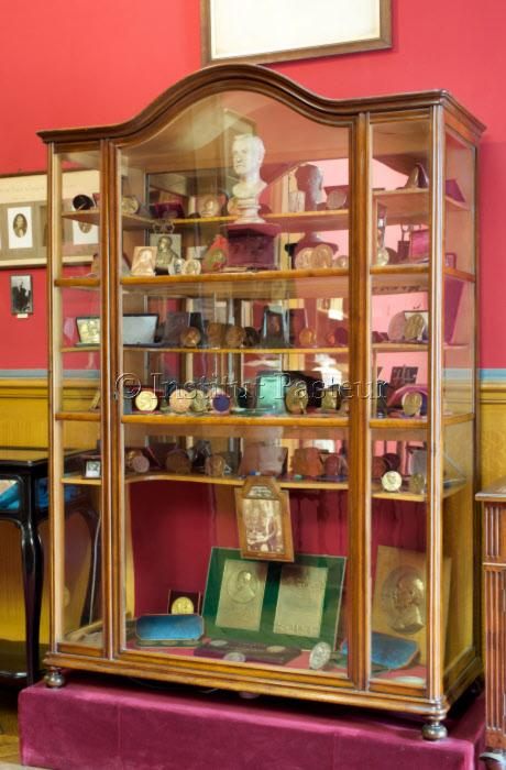 Vitrine et médailles en bronze au musée Pasteur.