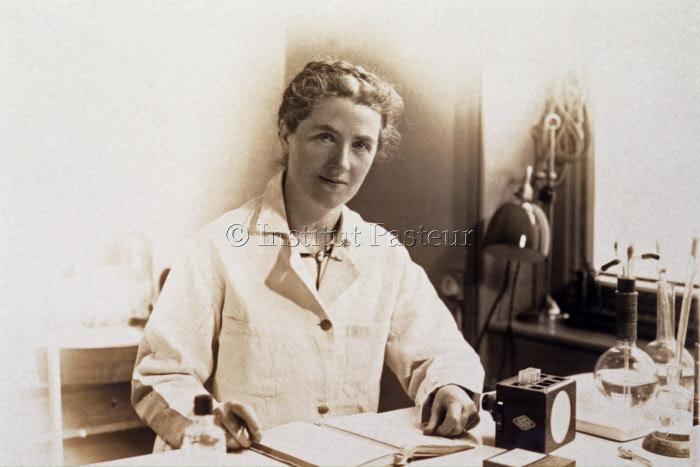 Maylis Guillaumie (1897- ?) assise dans son bureau vers 1935