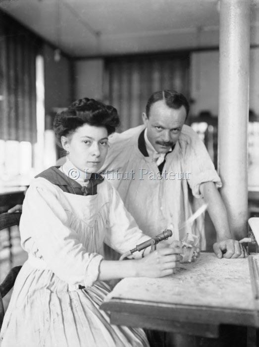 Couple posant dans la salle du cours de chimie biologique vers 1912