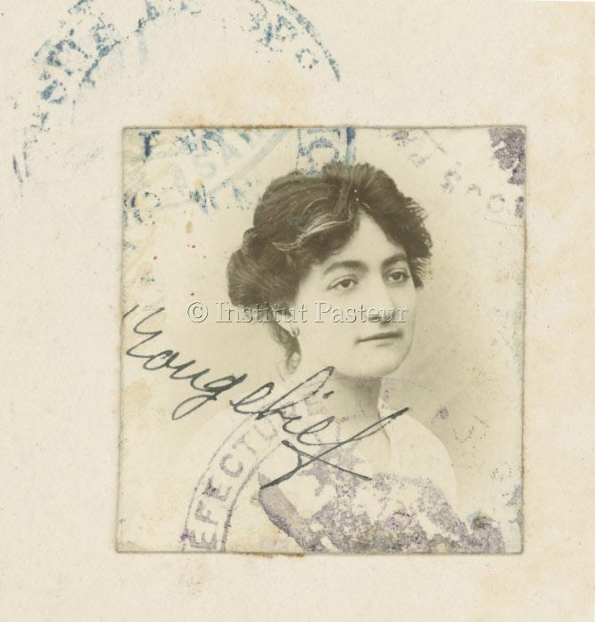 Photographie d'identité du livret universitaire d'Henriette Rougebief (1889-1980) vers 1919