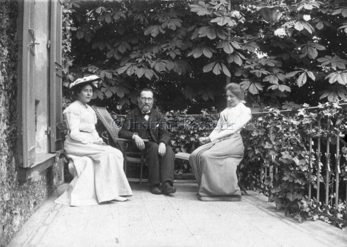 Elie Metchnikoff assis entre Olga Metchnikoff, sa femme, et Marie Remy
