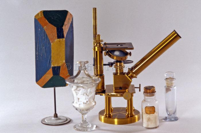 Microscope et modèles de cristaux utilisés par Louis Pasteur lors de ses travaux sur la cristallographie 1845-1848.