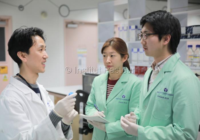 Institut Pasteur de Corée, chercheur avec étudiants stagiaires en 2015