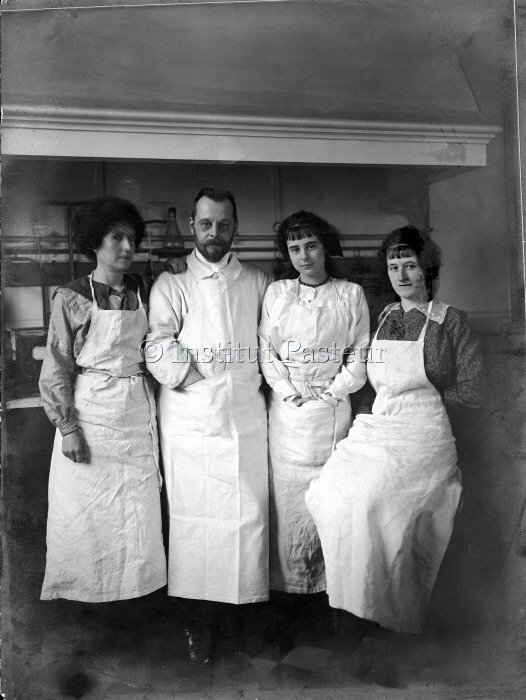 Félix d'Hérelle dans son laboratoire de préparation de vaccins vers 1919