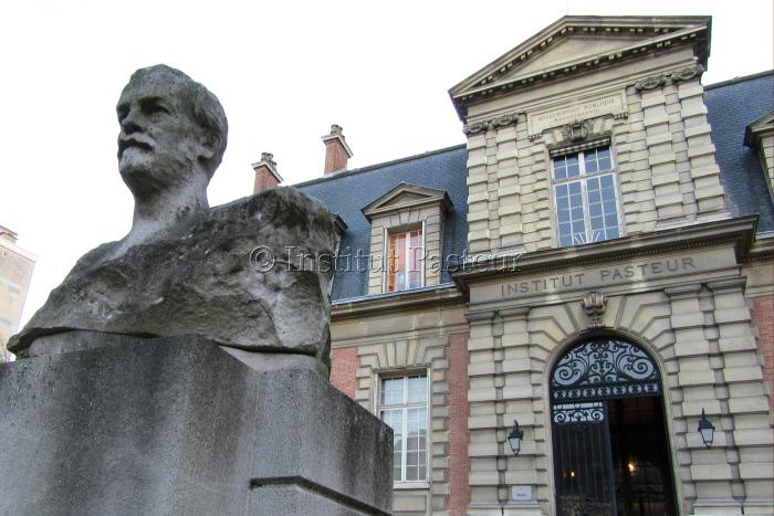 Buste de Louis Pasteur par Naoum Aronson devant le bâtiment historique de l'Institut Pasteur.