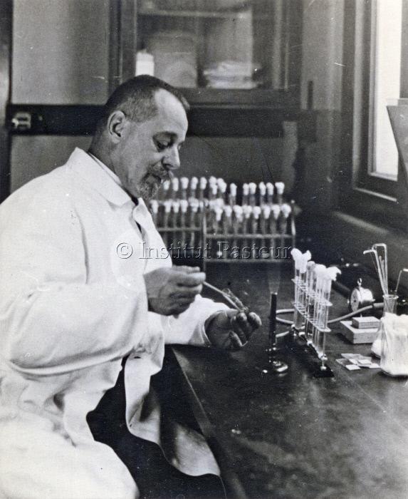 Félix d'Hérelle dans son laboratoire
