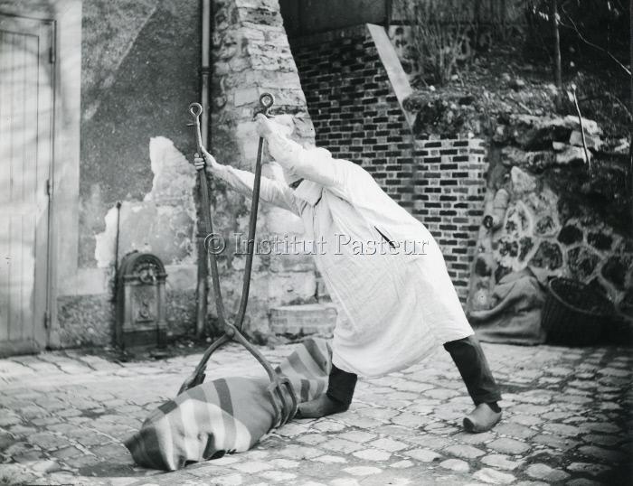 Reconstitution d'une scène d'enlèvement des cadavres de pestiférés pendant la peste de Marseille en 1720.