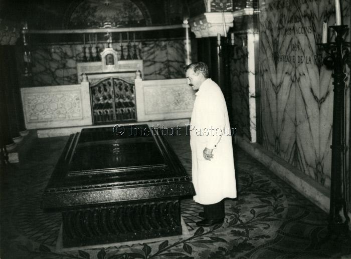 Joseph Meister devant le tombeau de Louis Pasteur vers 1935-1940.